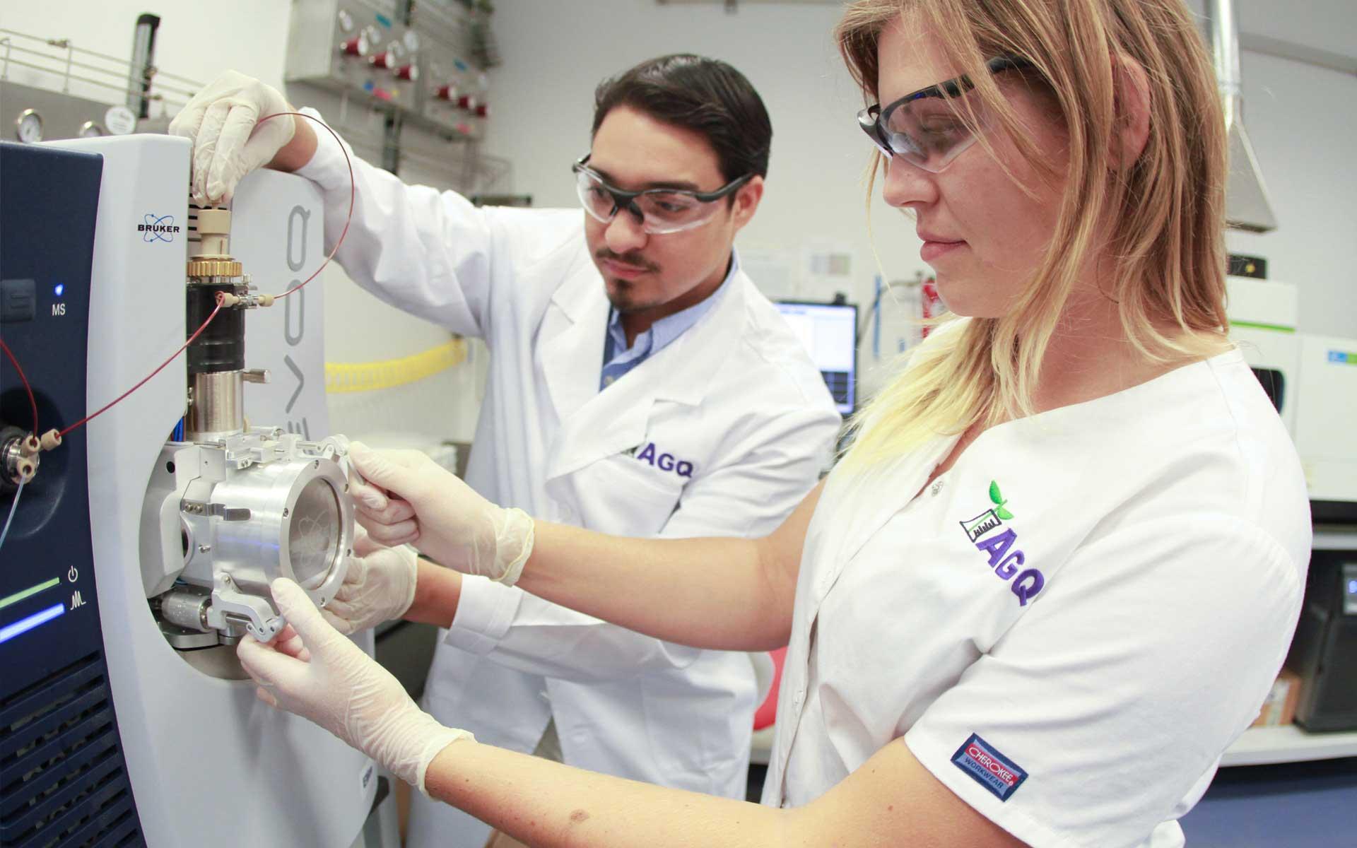 Dos técnicos de laboratorio de AGQ Labs España
