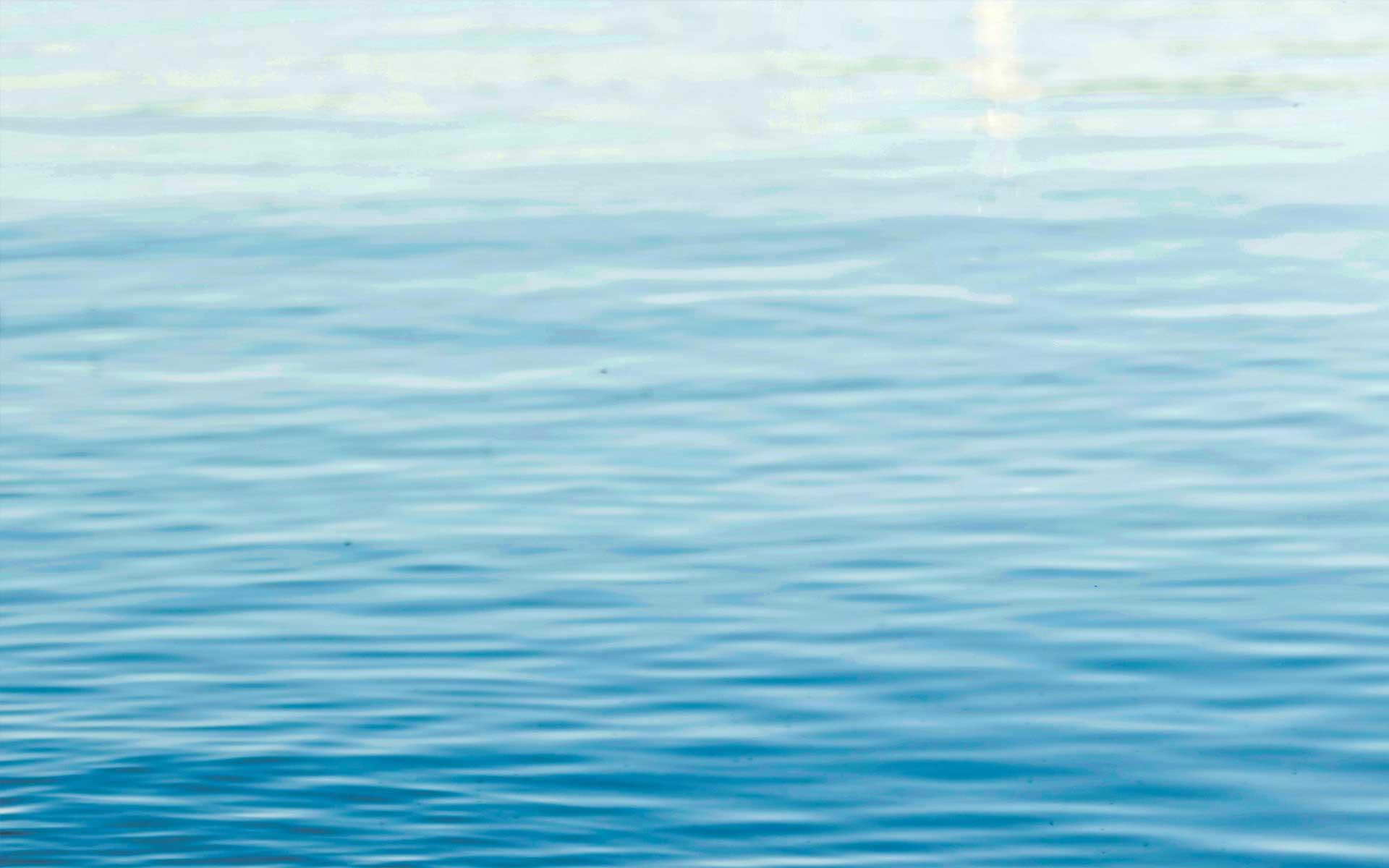 Mar azul, elemento que forma parte del análisis de la radiactvidad ambiental de AGQ Labs España