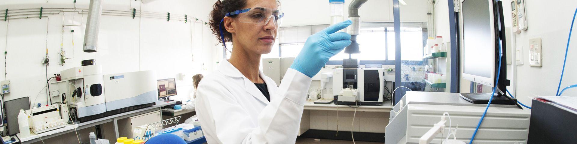 Trabajadora de AGQ Labs en laboratorio