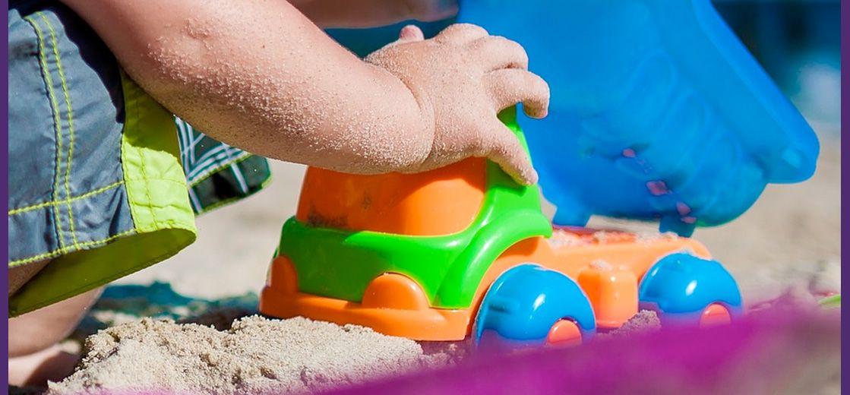 Niño con un juguete en una playa